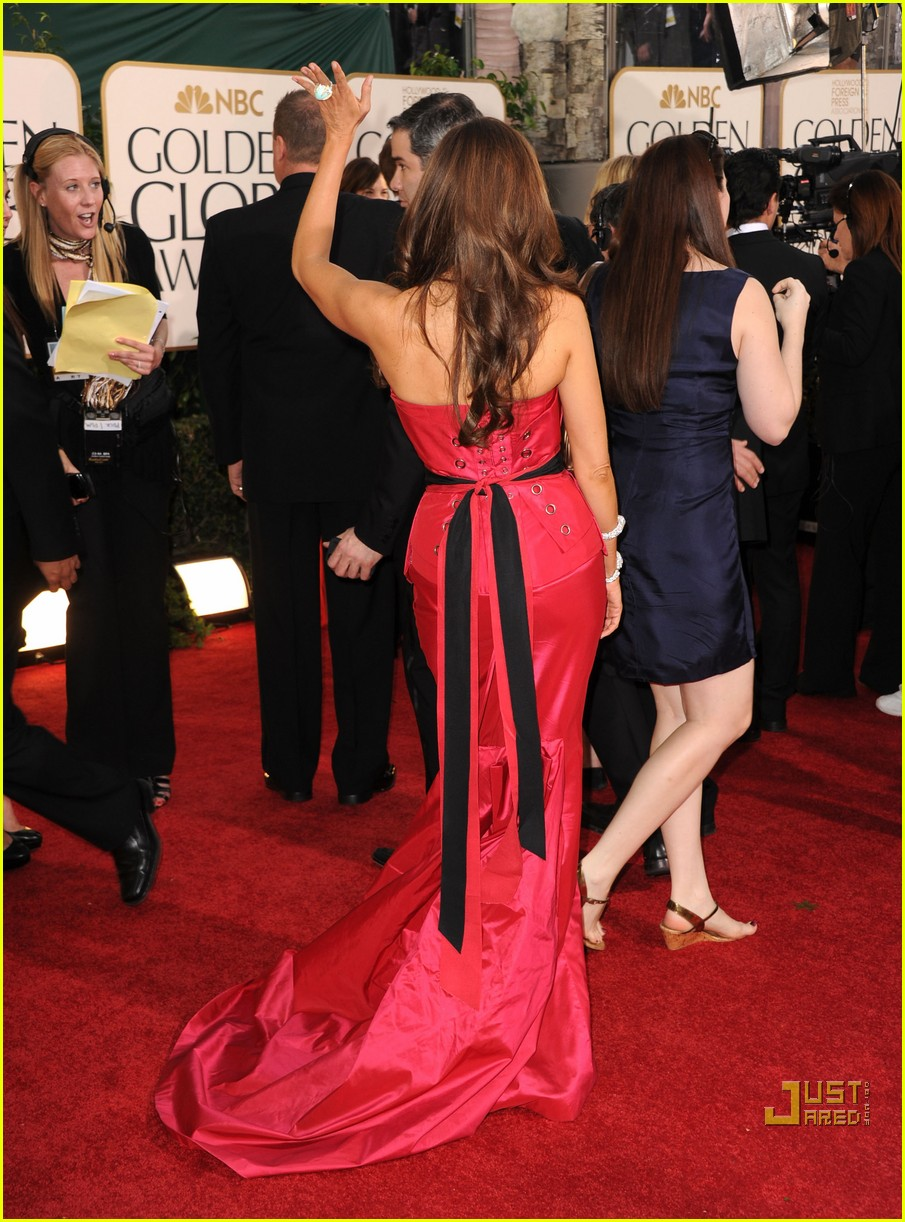 sofia vergara julia bowen golden globes red carpet 2011 05