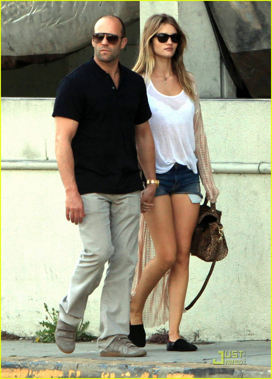 rosie huntington whiteley jason statham spanish kitchen lovers 02
