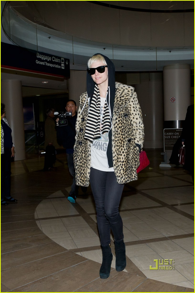 ashlee simpson leopard coat lax 01