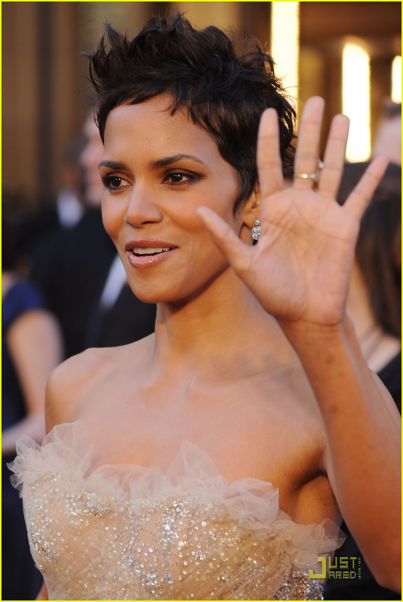 Posted in Halle Berry - Oscars 2011 Red Carpet