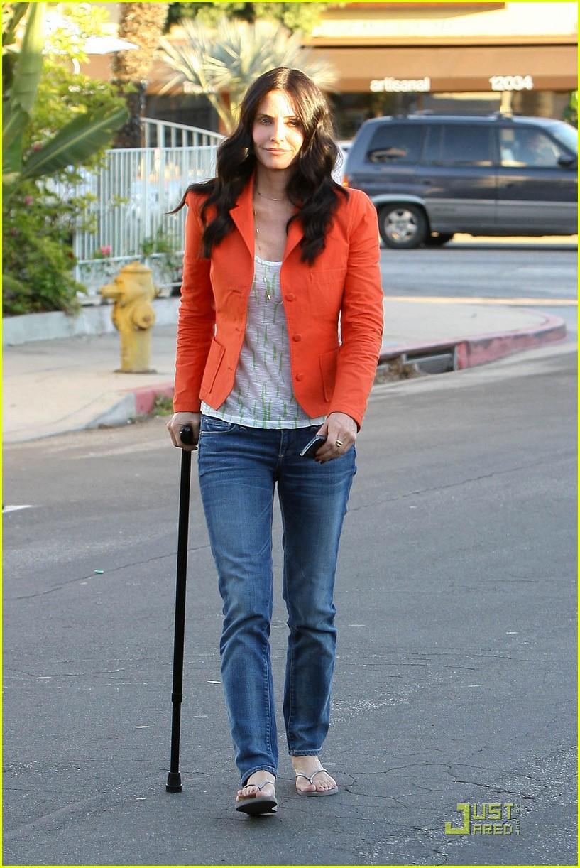 courteney cox cougar with a cane 092518583
