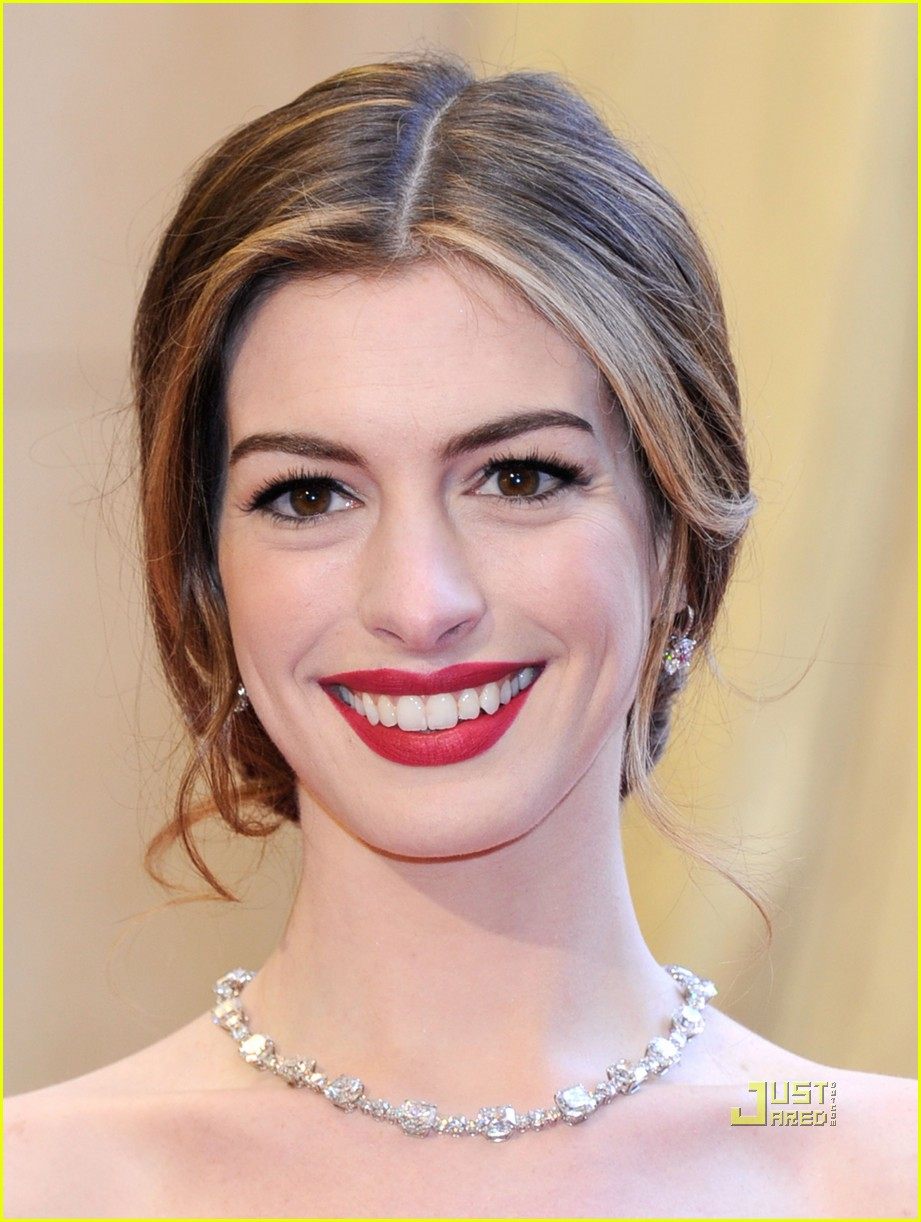 anne hathaway oscars red carpet 2011 02