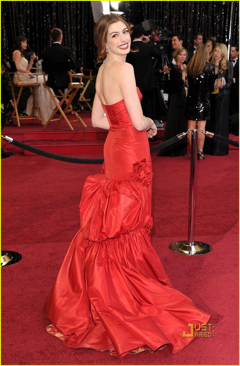 anne hathaway oscars red carpet 2011 03