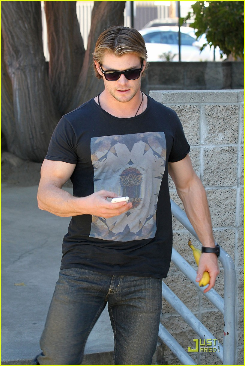 chris hemsworth bulging biceps 10