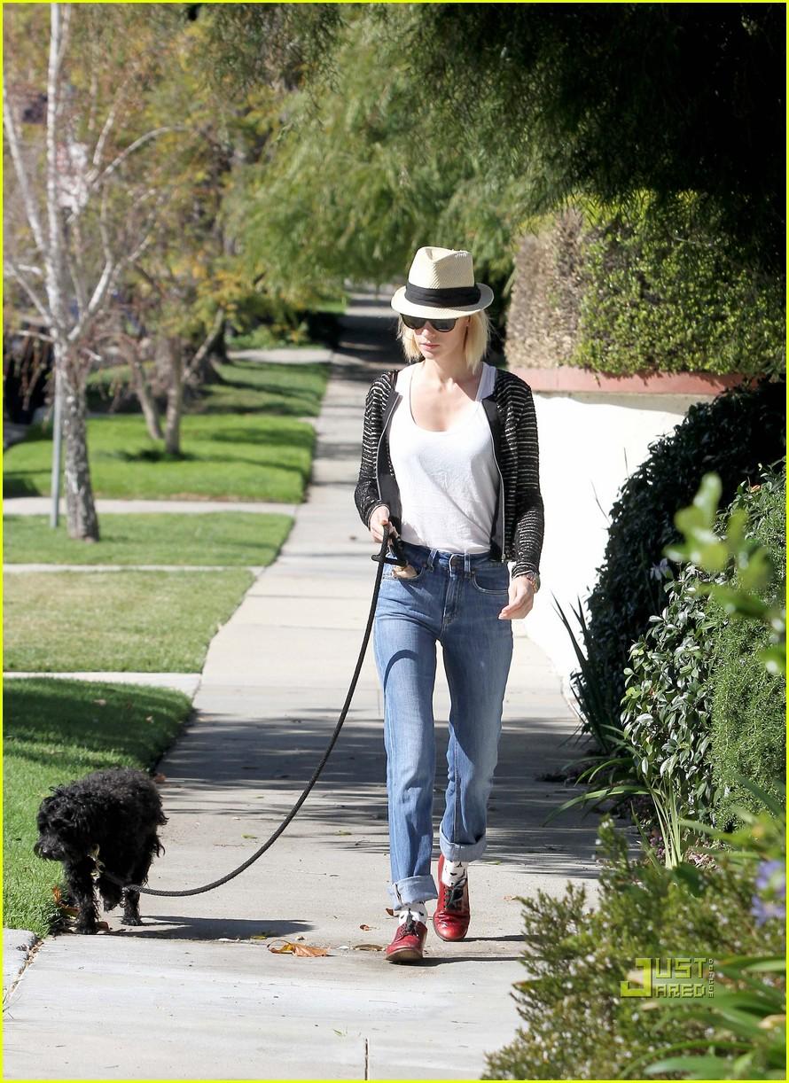 january jones hat dog walking 05