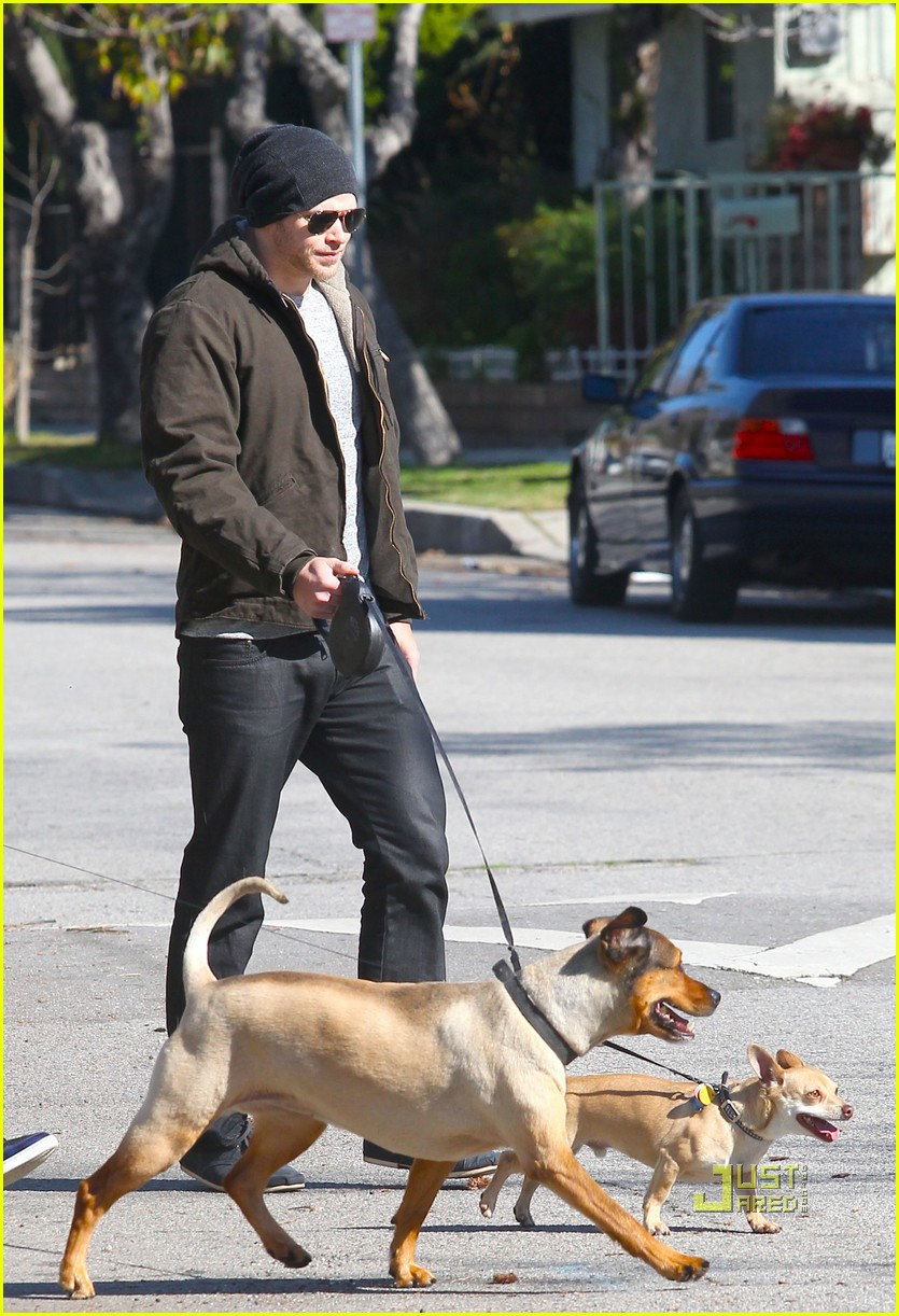 kellan lutz dog walking cdgas 04