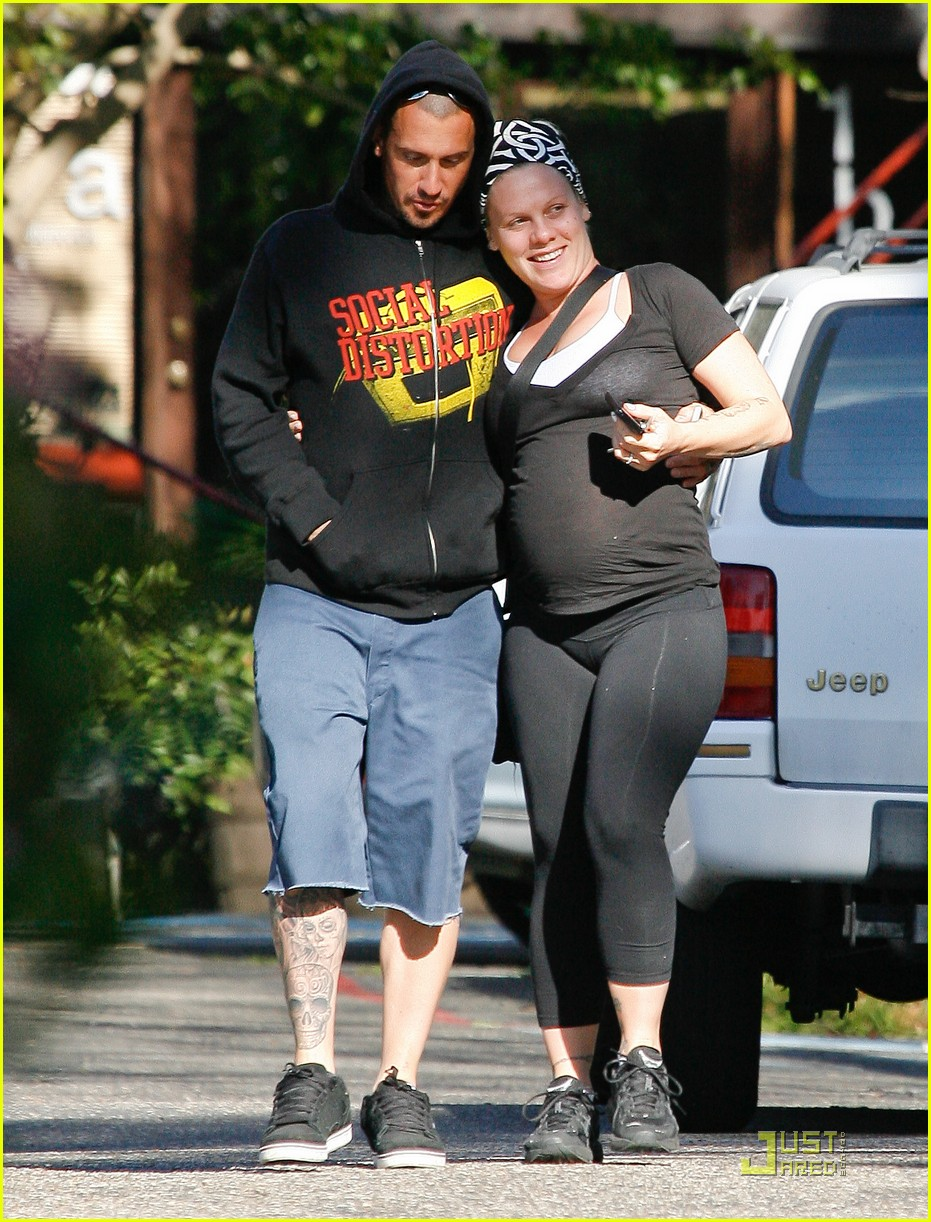 pink baby bump stroll with carey hart 05