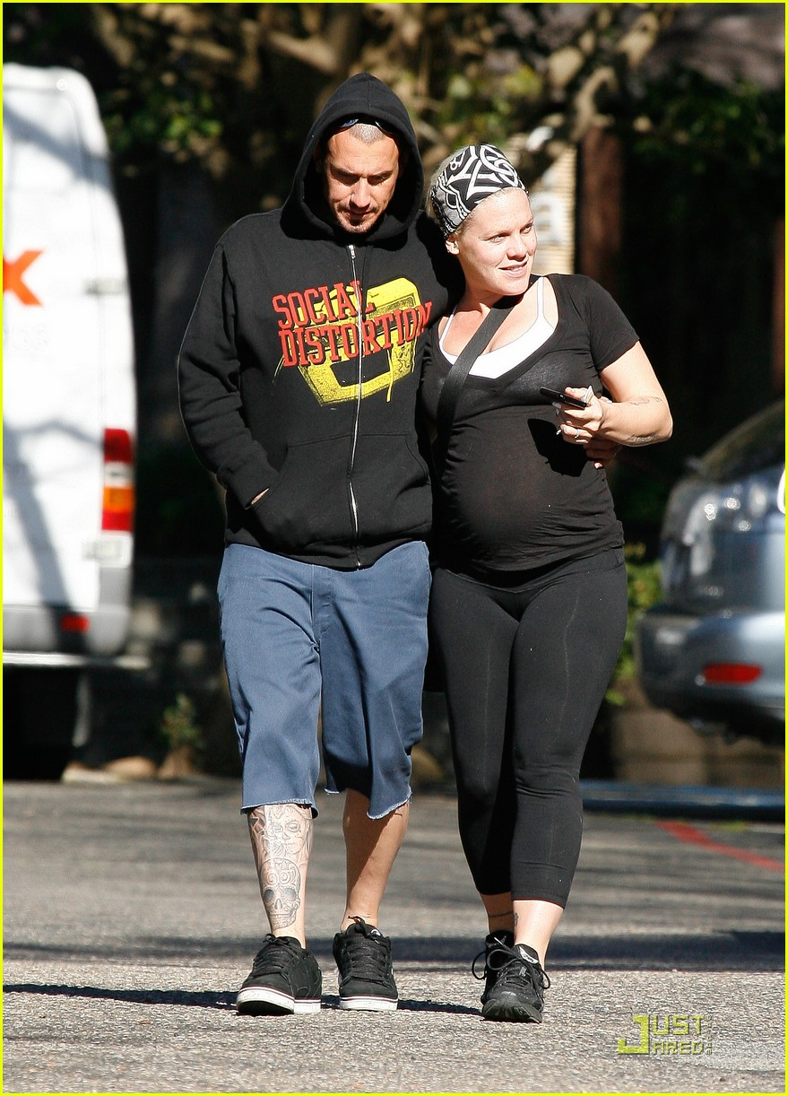 pink baby bump stroll with carey hart 092516597