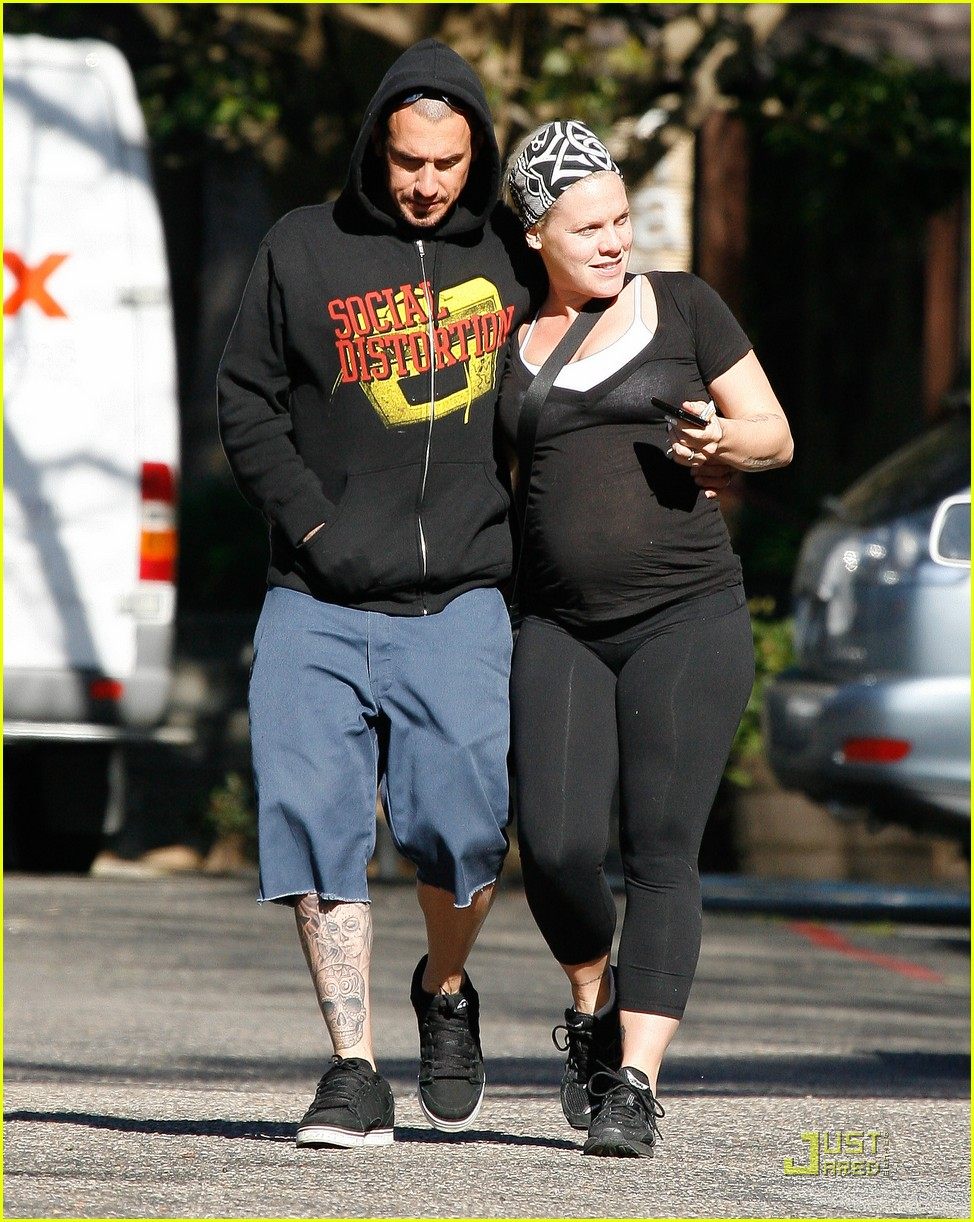 pink baby bump stroll with carey hart 10