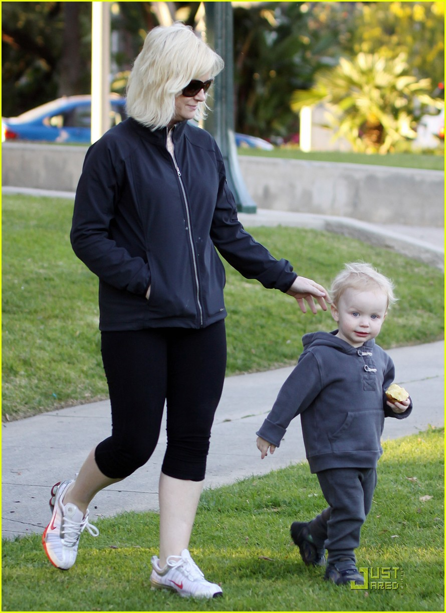 amy poehler walk with archie 01