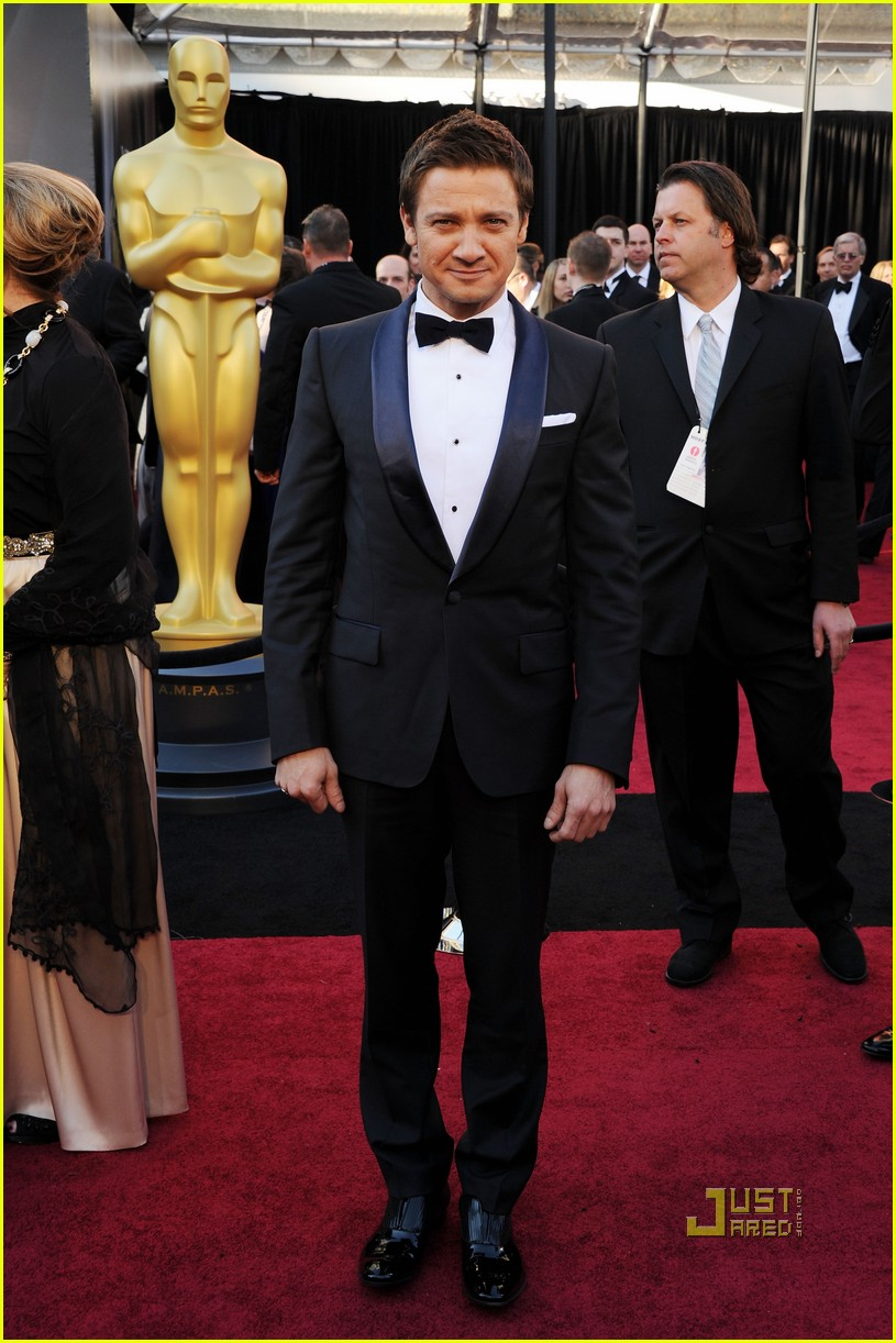 jeremy renner oscars 2011 red carpet 01