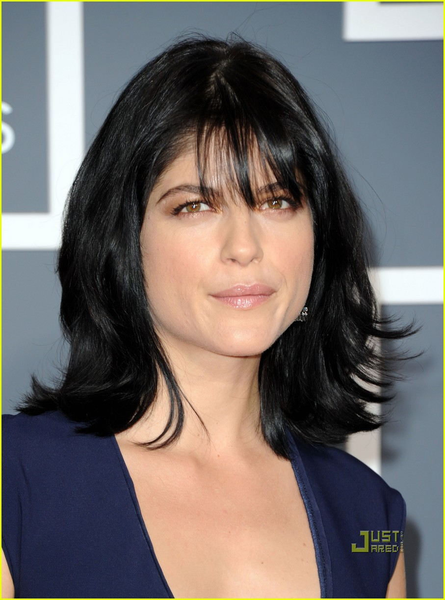 selma blair 2011 grammys red carpet 04