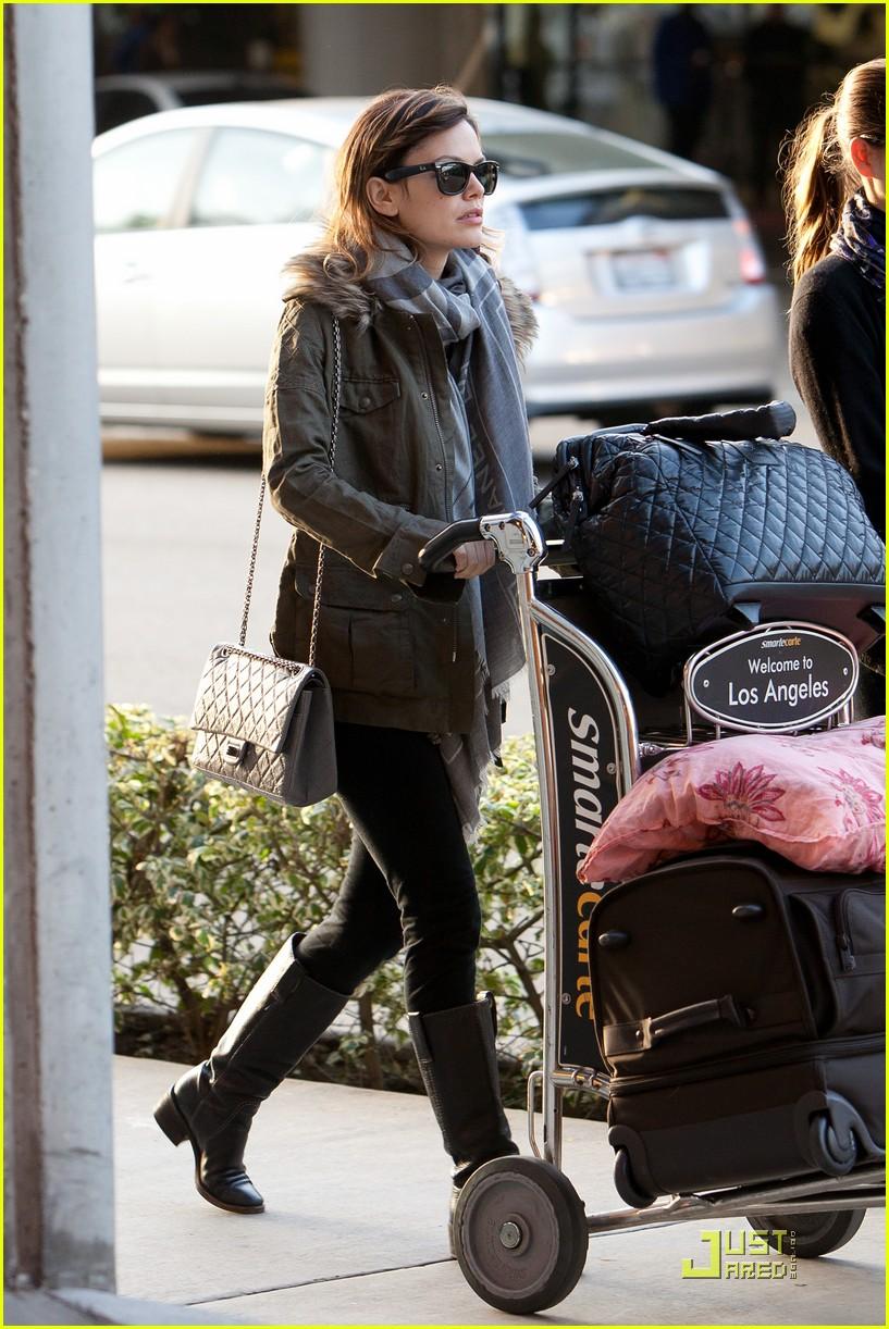 rachel bilson lugs her luggage 04