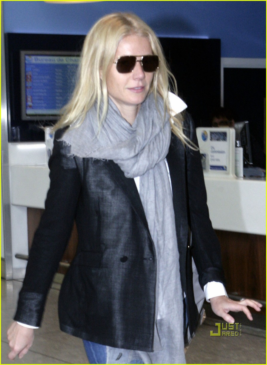 gwyneth paltrow heathrow airport bell bottom jeans 02