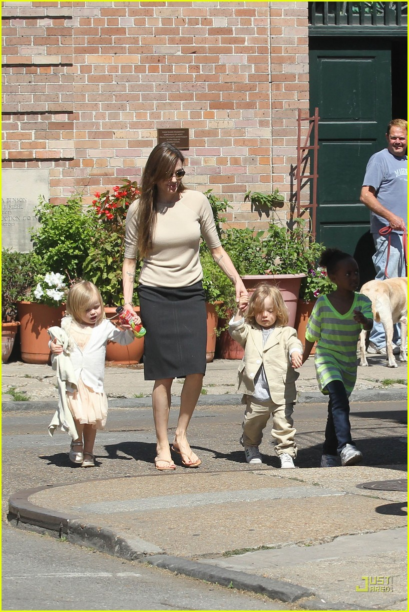 brad pitt angelina jolie kids grocery shopping 03