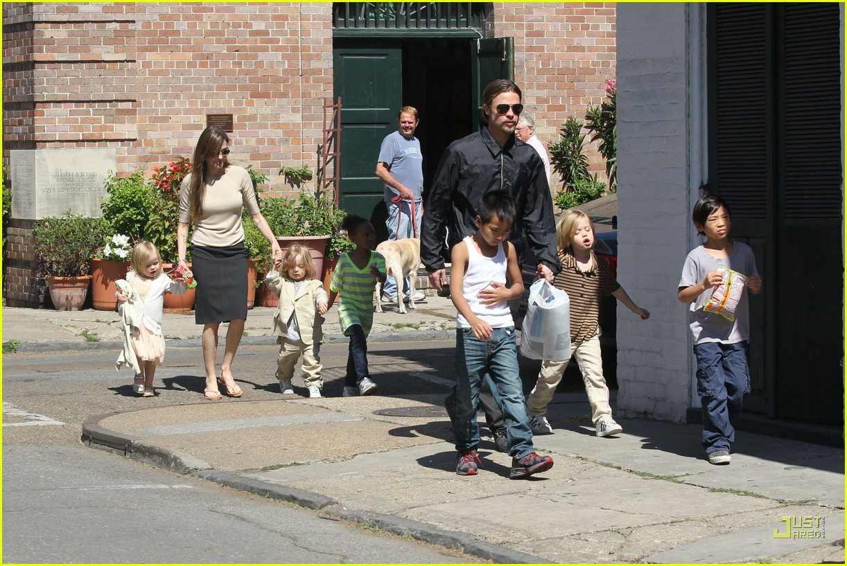 brad pitt angelina jolie kids grocery shopping 05