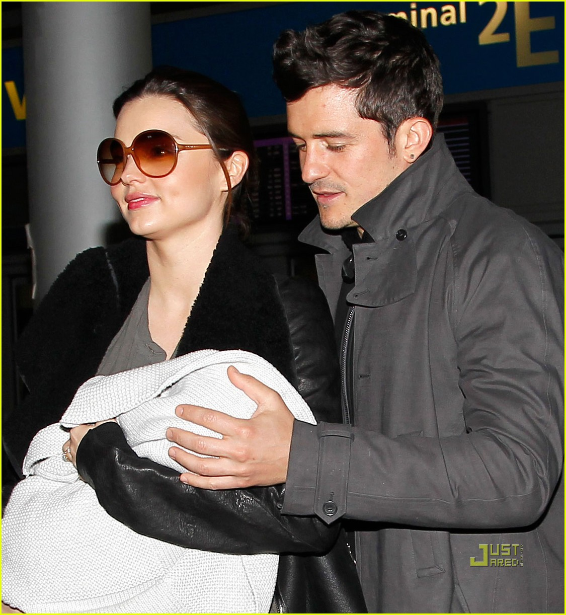 miranda kerr orlando bloom flynn paris airport 02