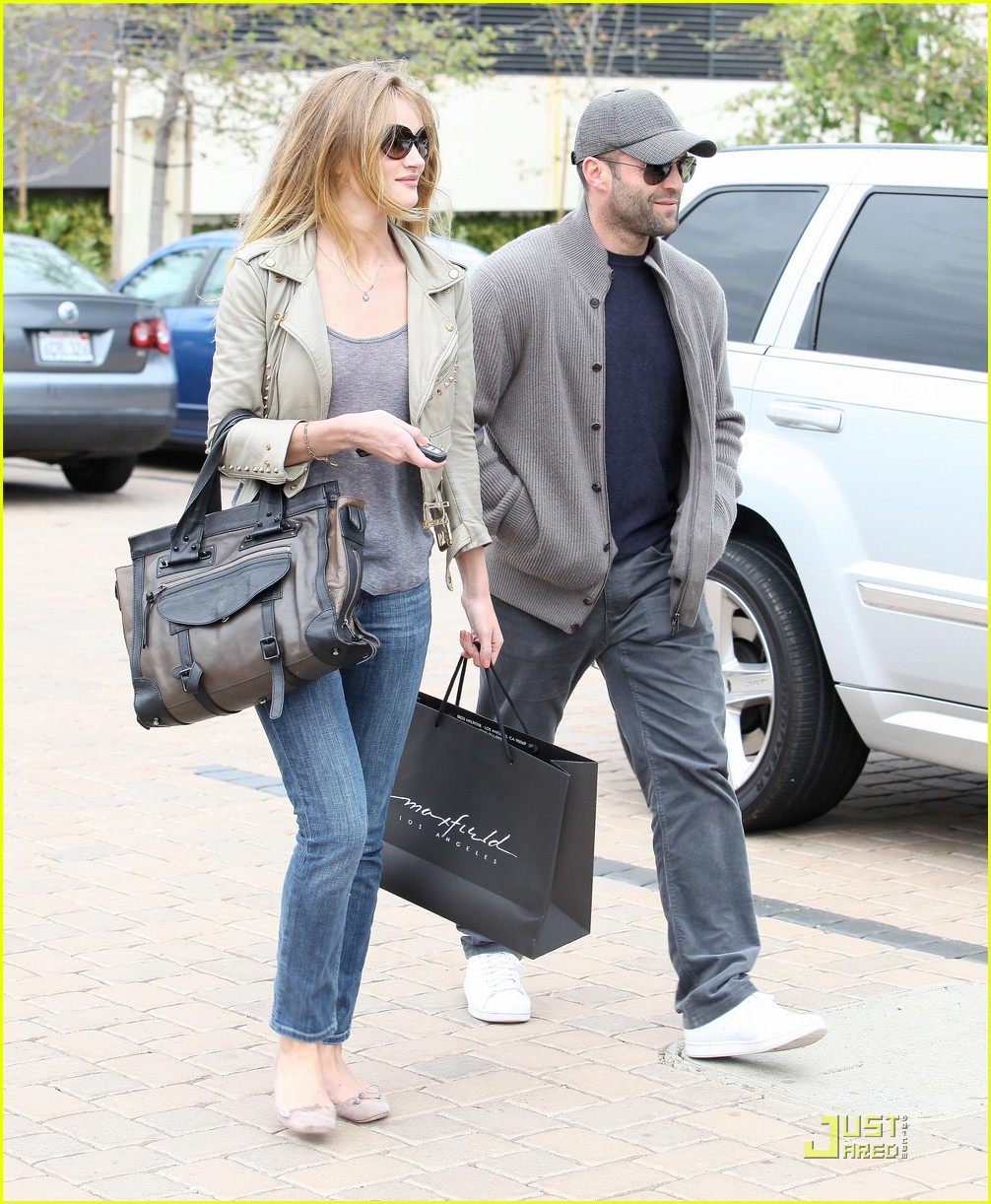 rosie huntington whiteley shopping day with jason statham 02