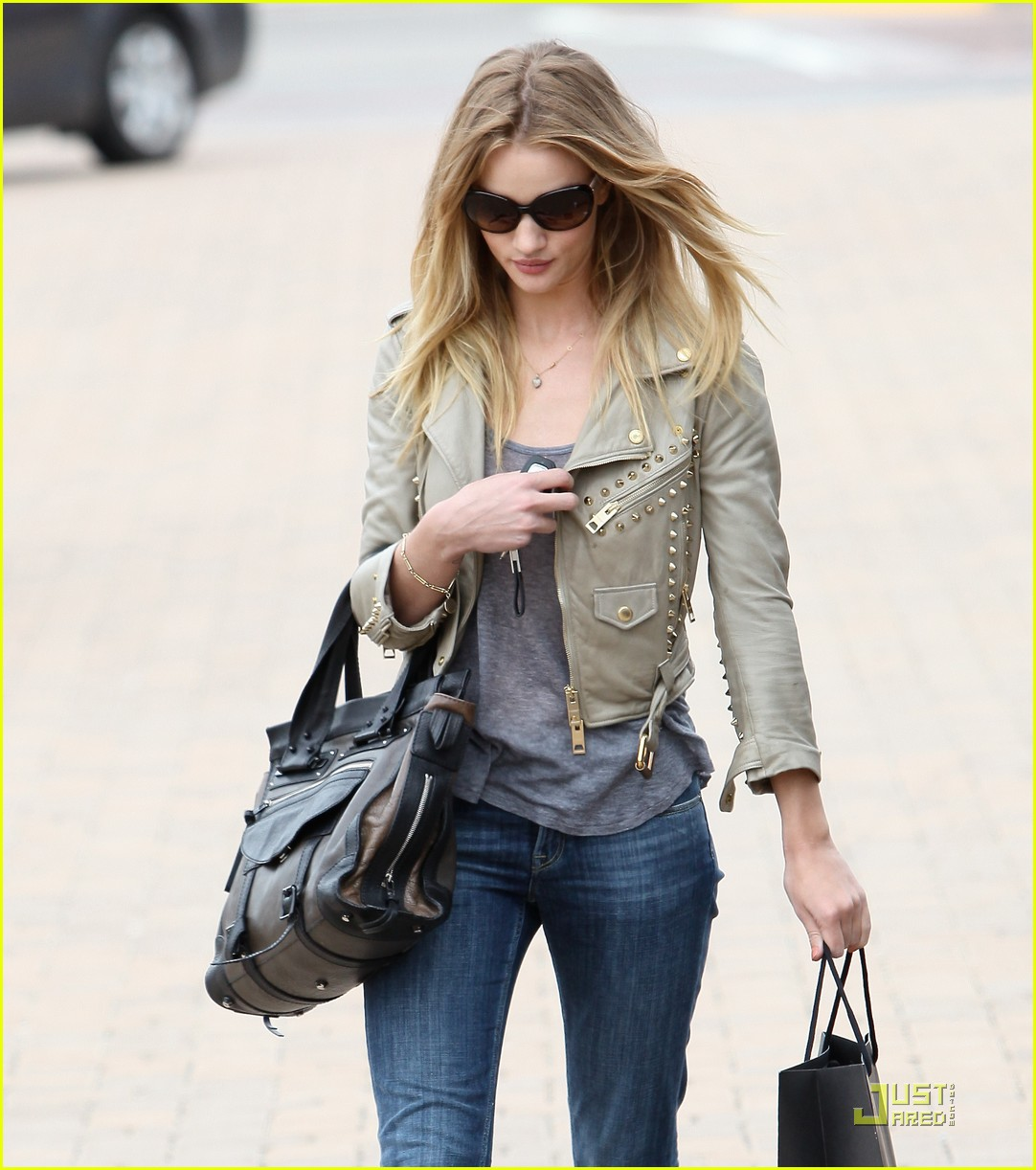 rosie huntington whiteley shopping day with jason statham 17