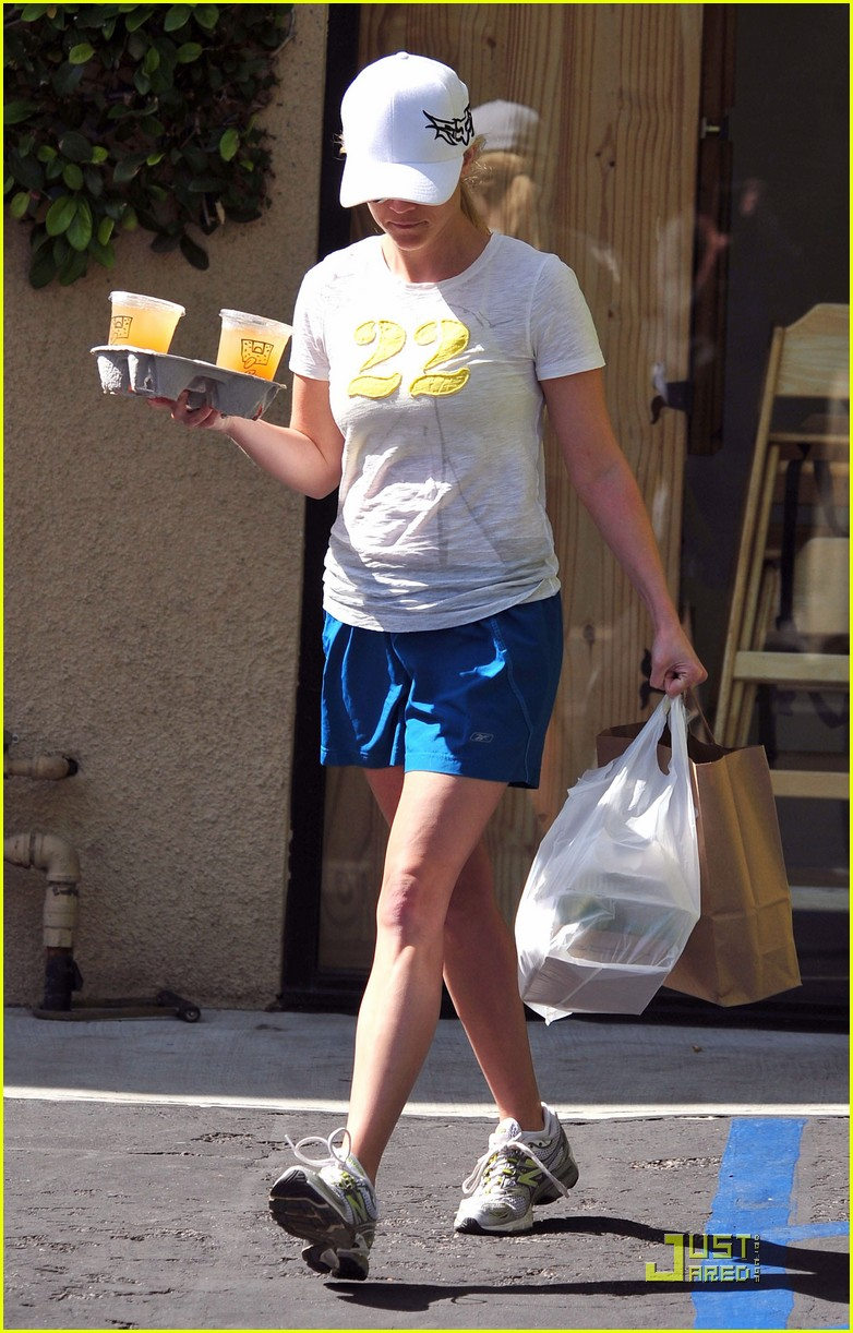 reese witherspoon munches on lunch 08