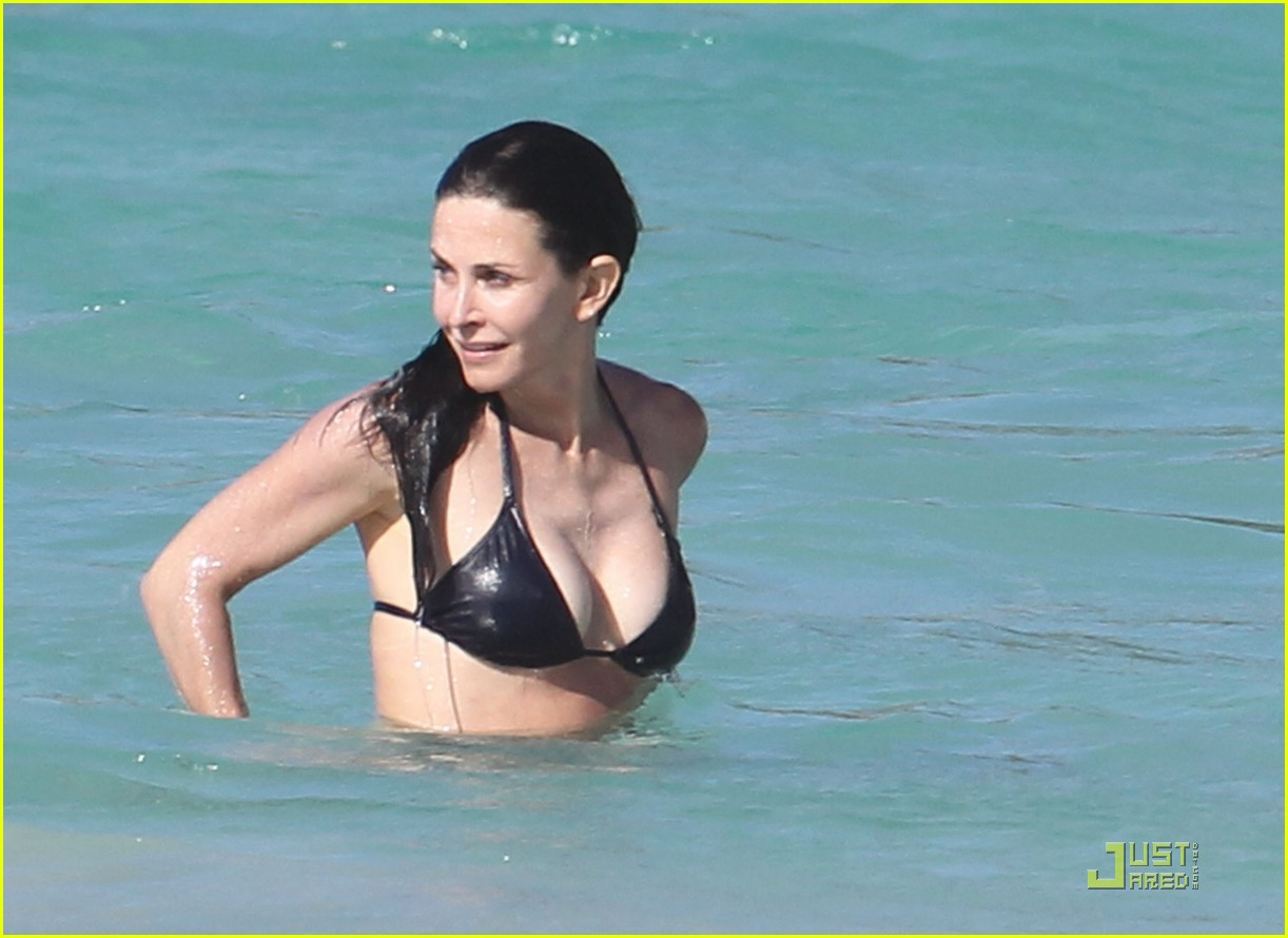 courteney cox josh hopkins lose their suits 15