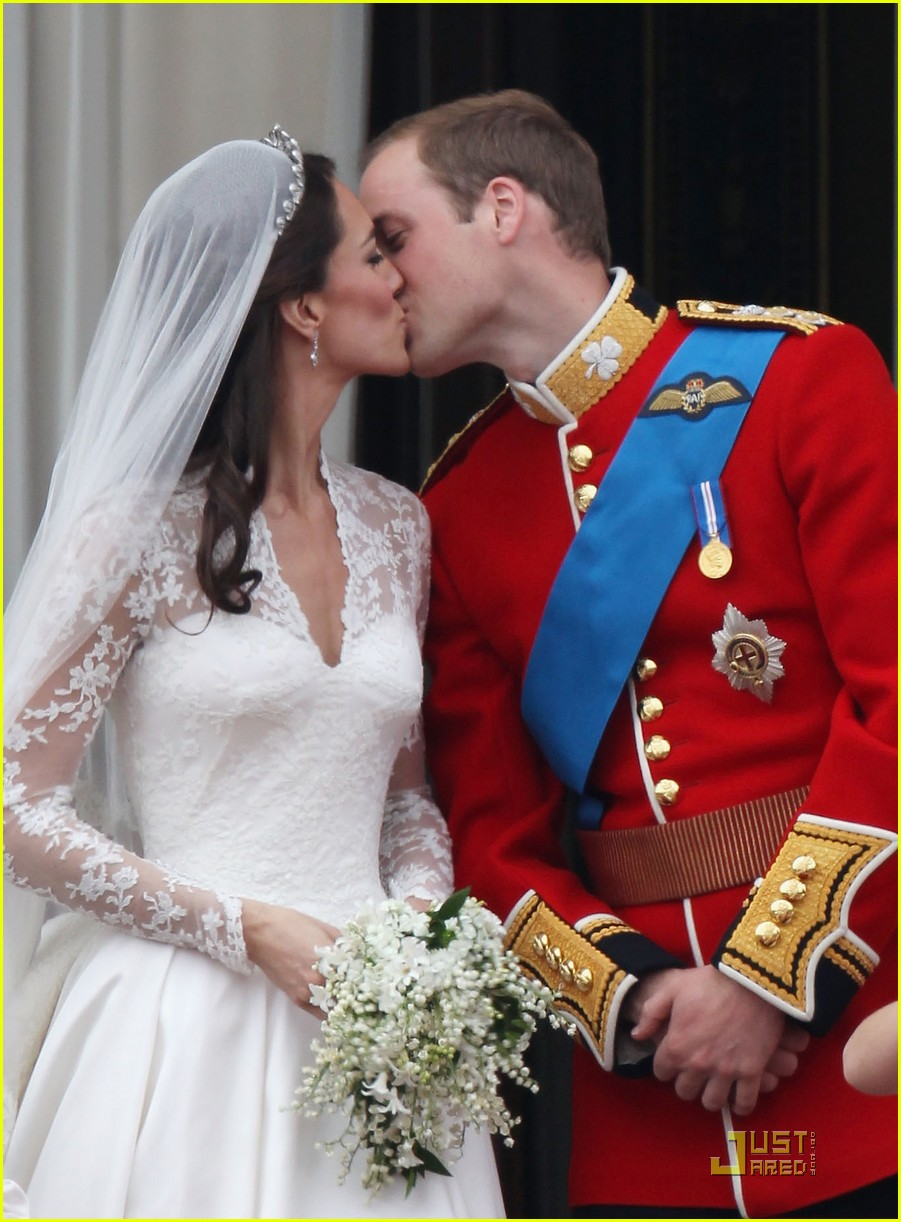 kate middleton prince william royal wedding first kiss 05