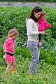 jennifer garner vegetable picking with violet and seraphina 03