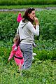 jennifer garner vegetable picking with violet and seraphina 08