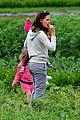 jennifer garner vegetable picking with violet and seraphina 08