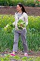 jennifer garner vegetable picking with violet and seraphina 11