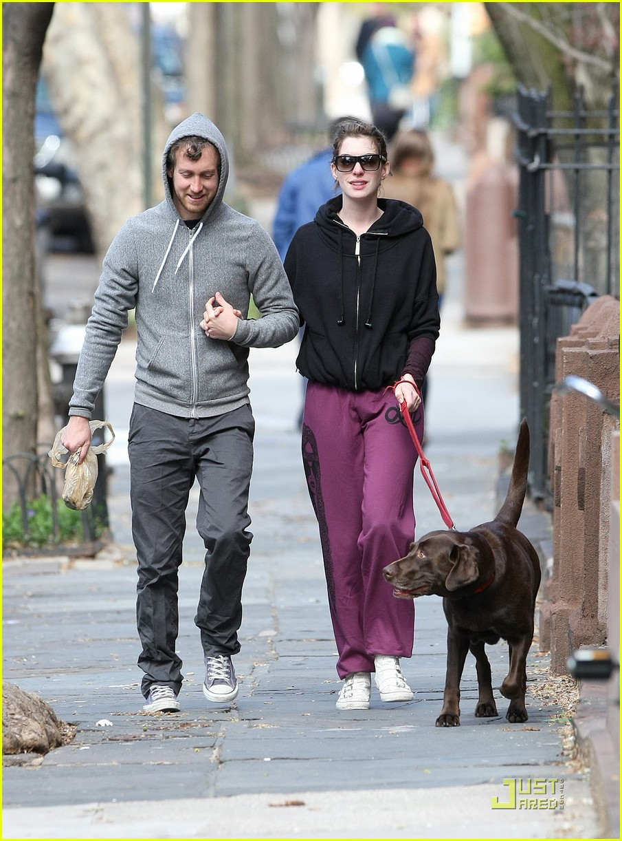 anne hathaway adam shulman dog walking couple 09
