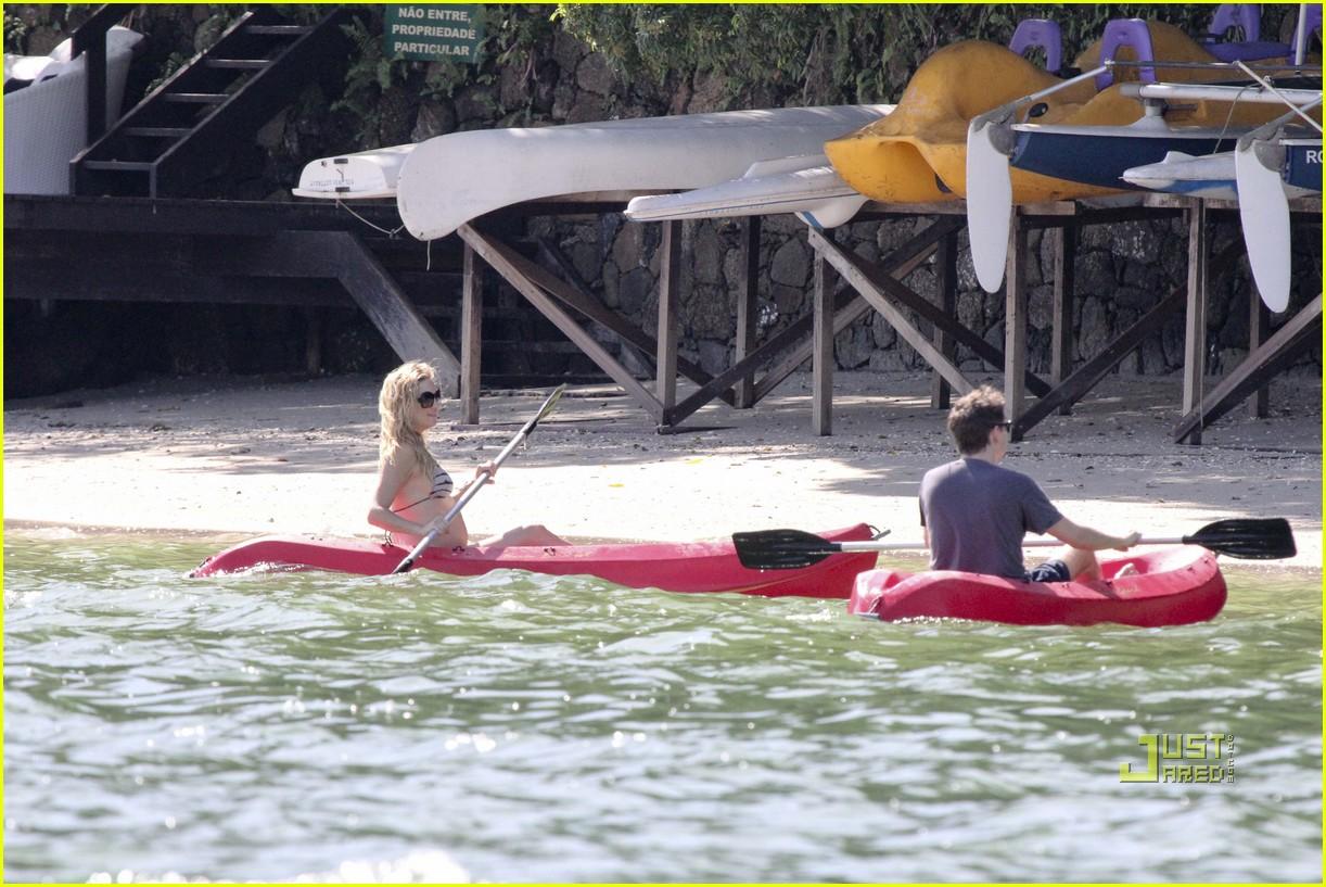 kate hudson pregnant bikini kayak 07