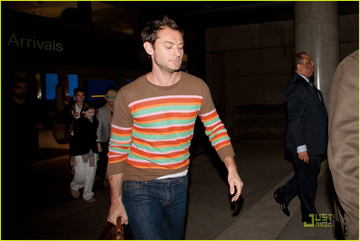 jude law lax arrival with sadie kids 02
