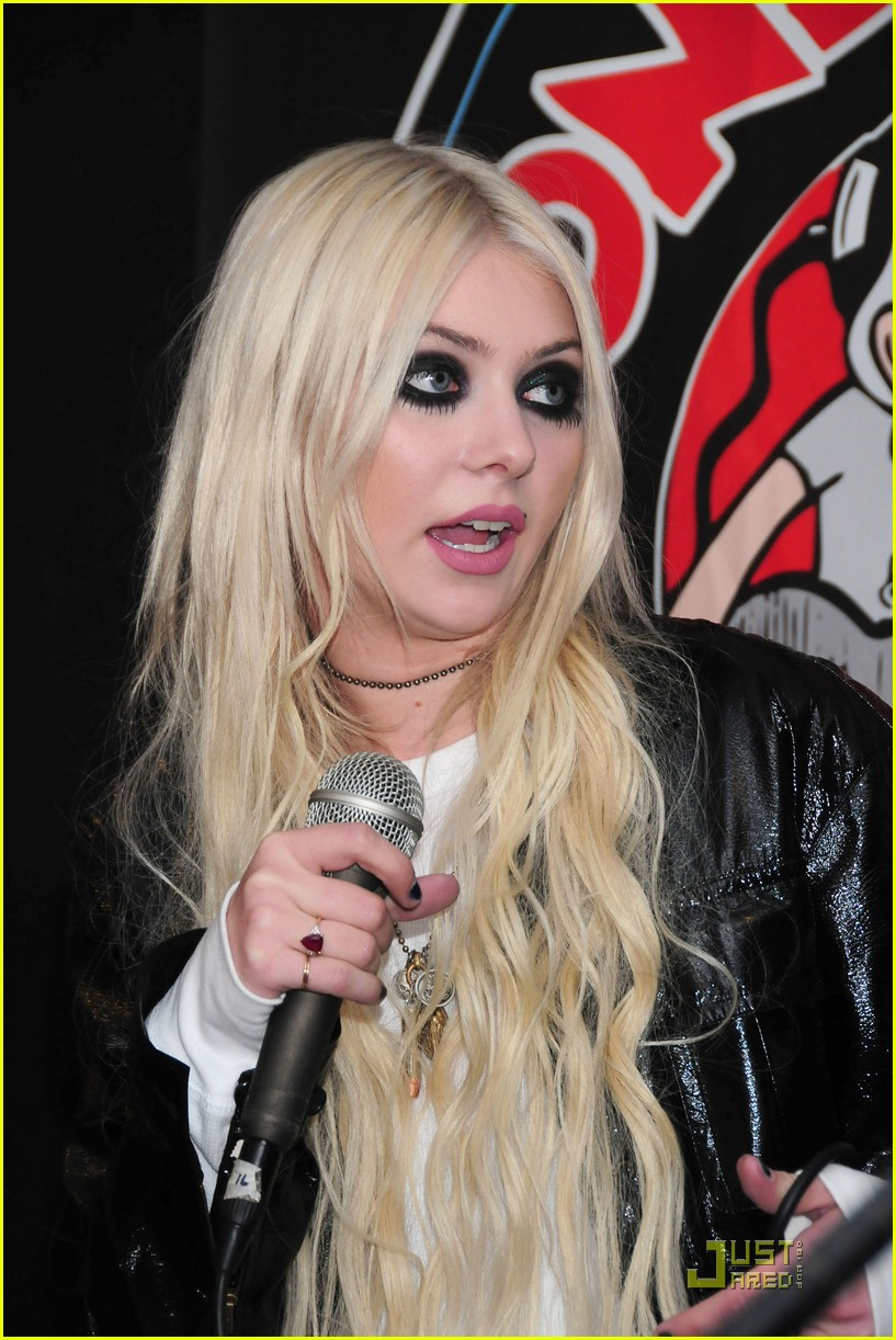 taylor momsen looney in new york 04