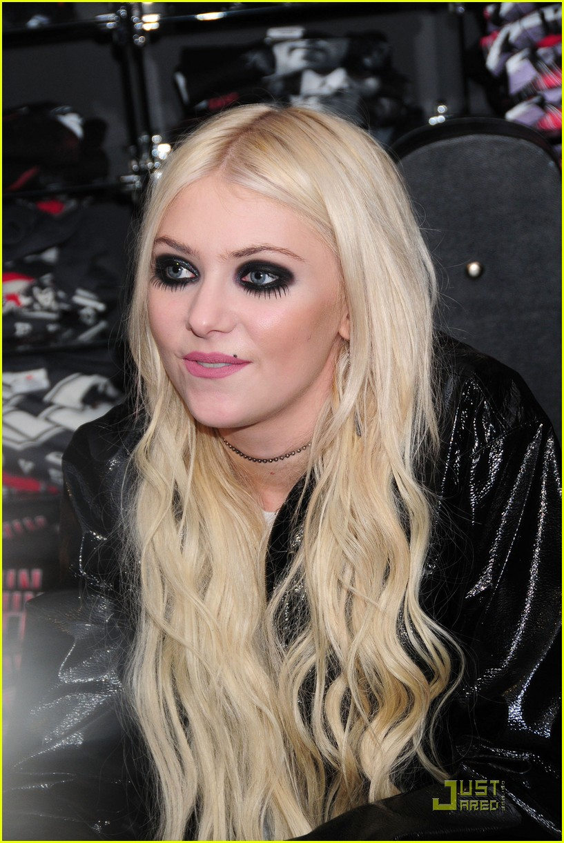taylor momsen looney in new york 10