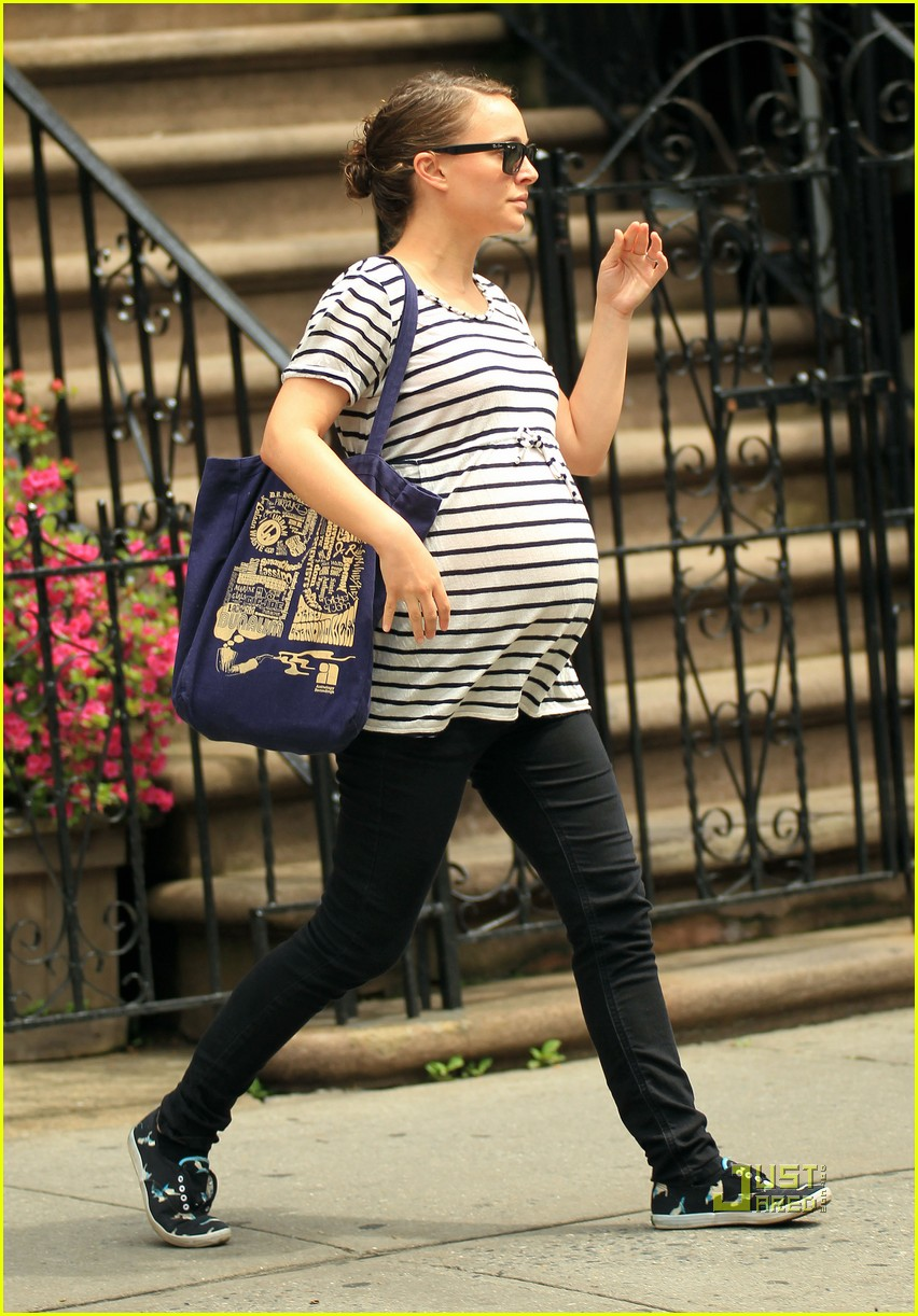 natalie portman baby bump striped tee 05 Natalie Portman