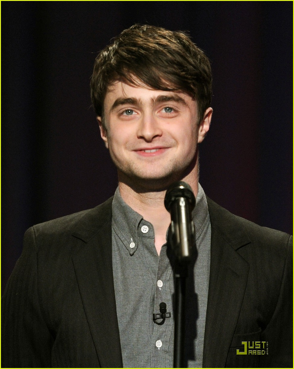 daniel radcliffe tries stand up comedy for jimmy fallon 03