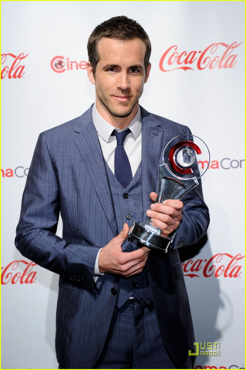 ryan reynolds cinemacon awards 2011 092531982