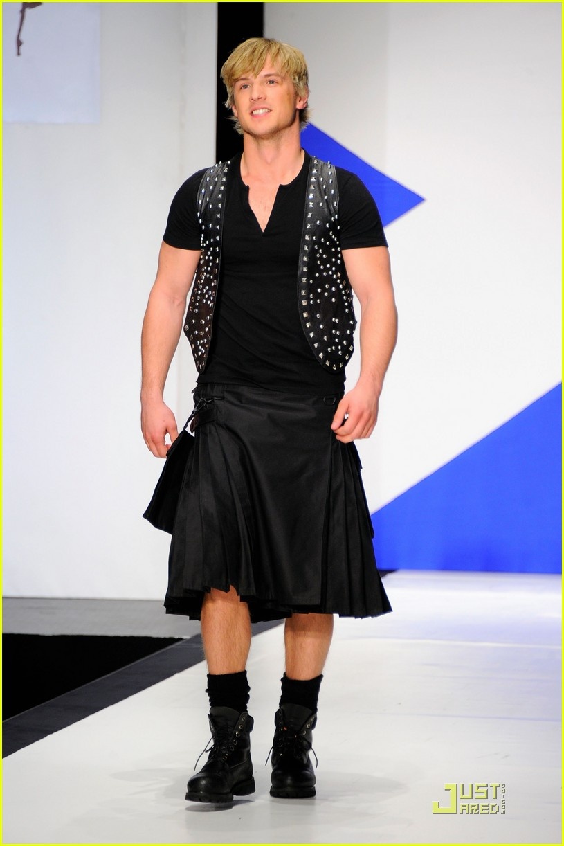 kiefer sutherland dressed to kilt 05