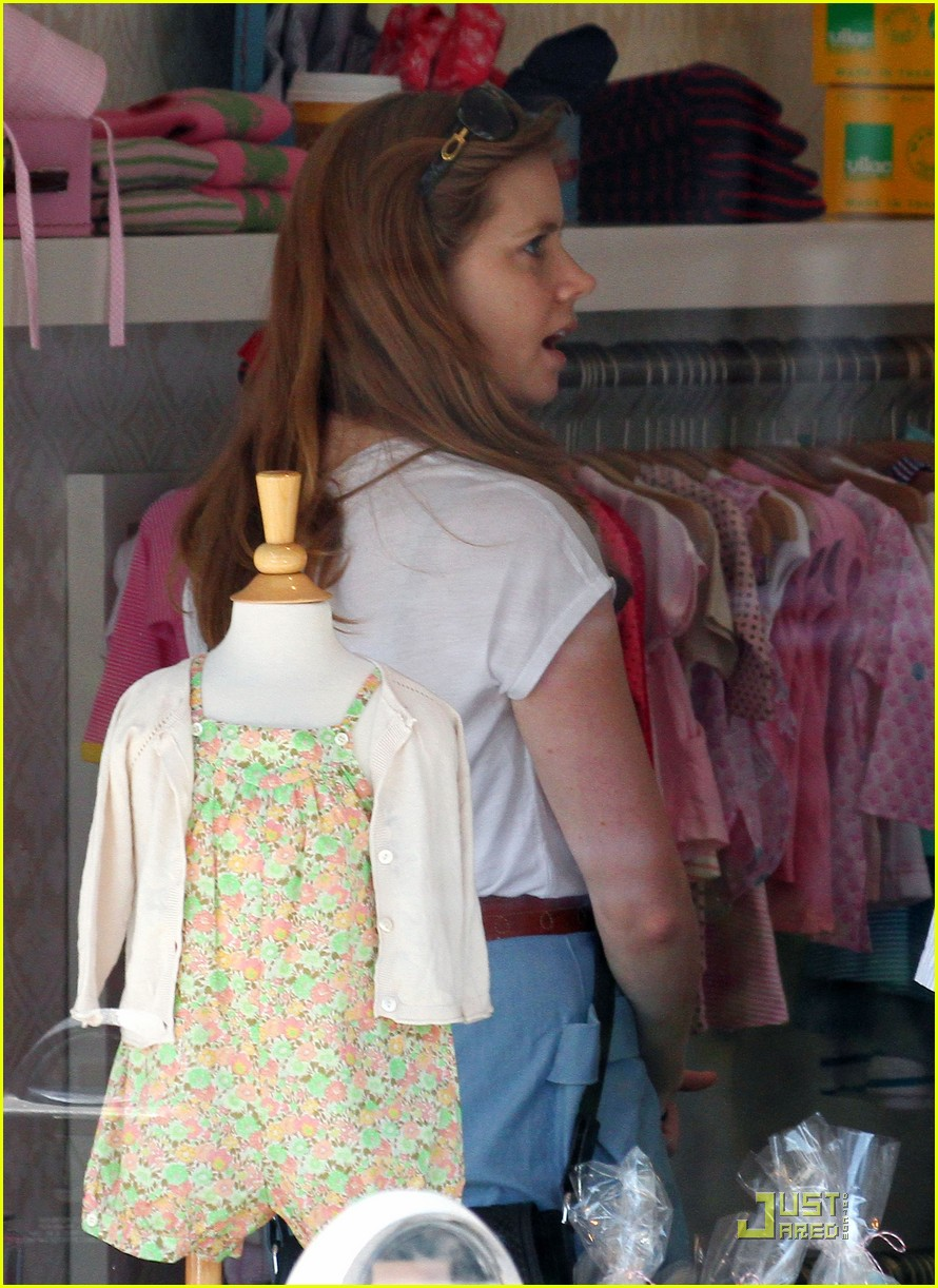 amy adams saturday shopping with darren and aviana 04