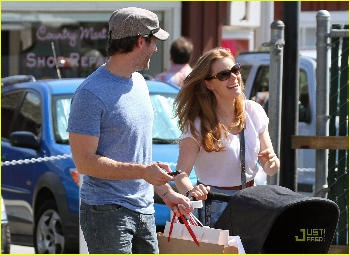 amy adams saturday shopping with darren and aviana 10