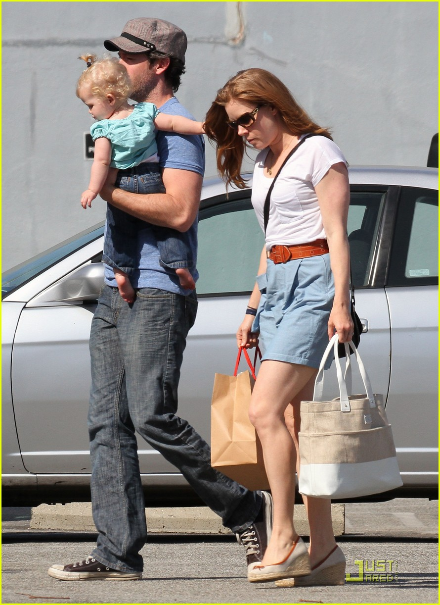 amy adams saturday shopping with darren and aviana 16