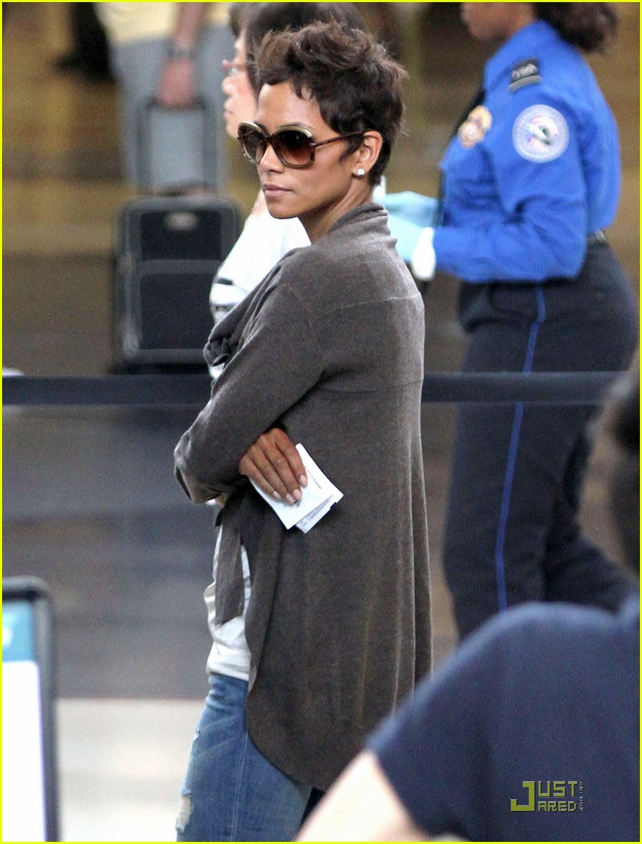 halle berry airport security 03