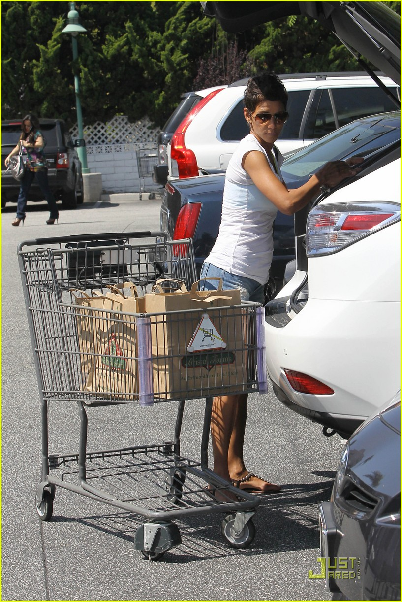 halle berry food shopping 03