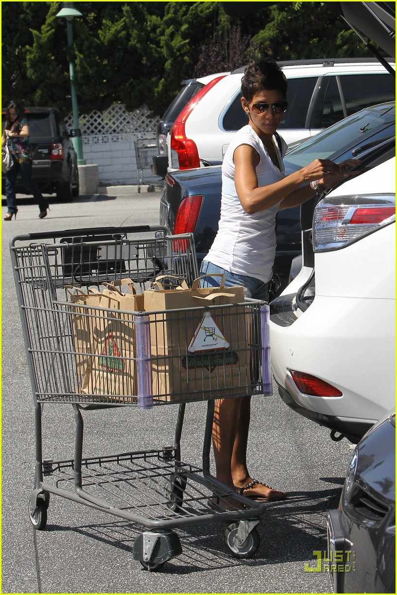 halle berry food shopping 07