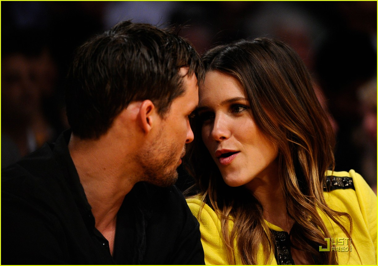 sophia bush austin nichols watch the lakers lose game 2 01