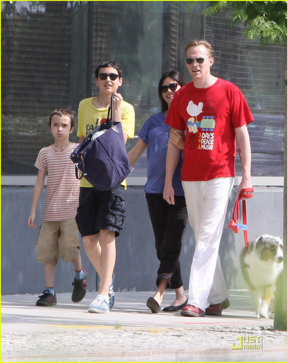 jennifer connelly sunday stroll with paul bettany 01