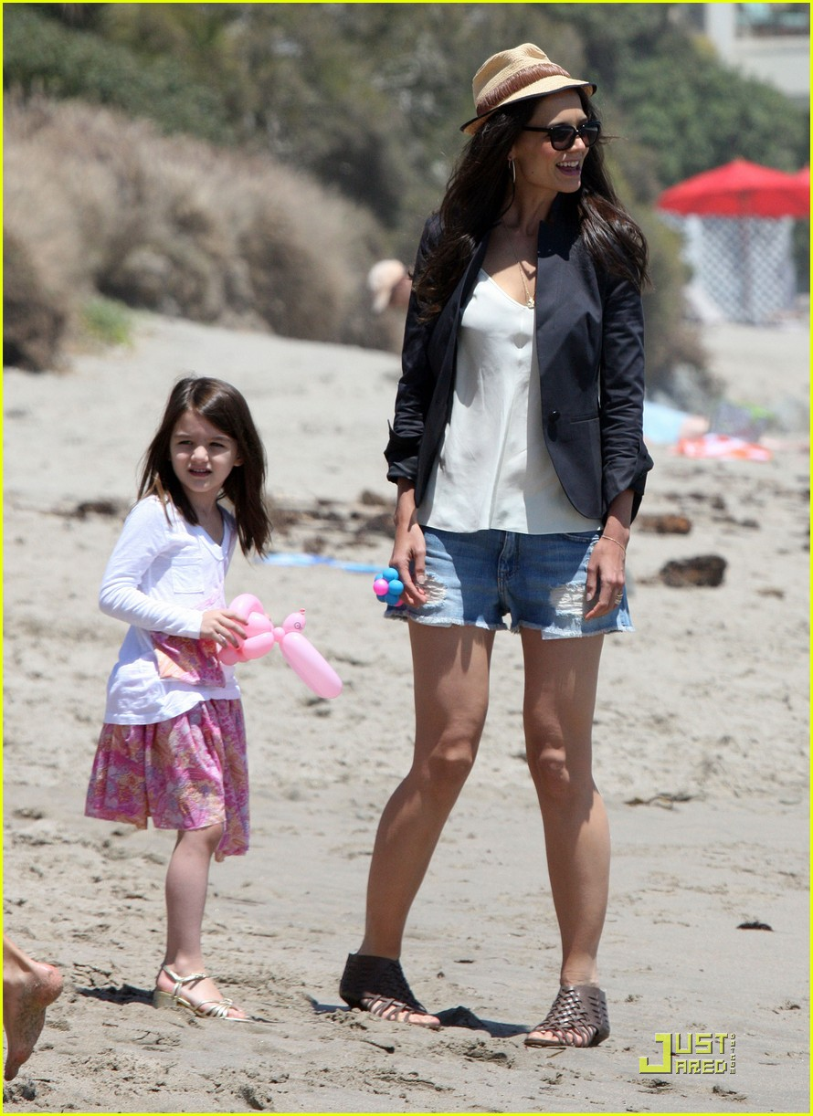 suri cruise katie holmes watch the waves 02