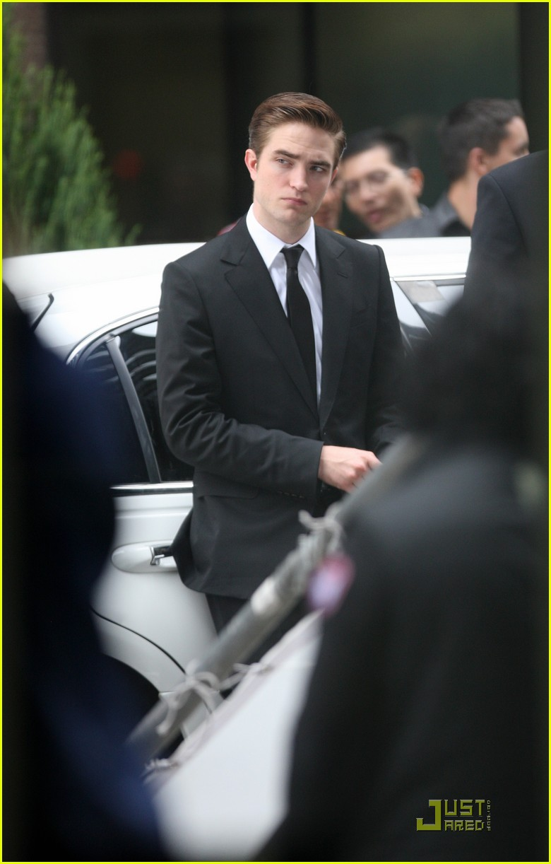 robert pattinson on set of cosmopolis 01