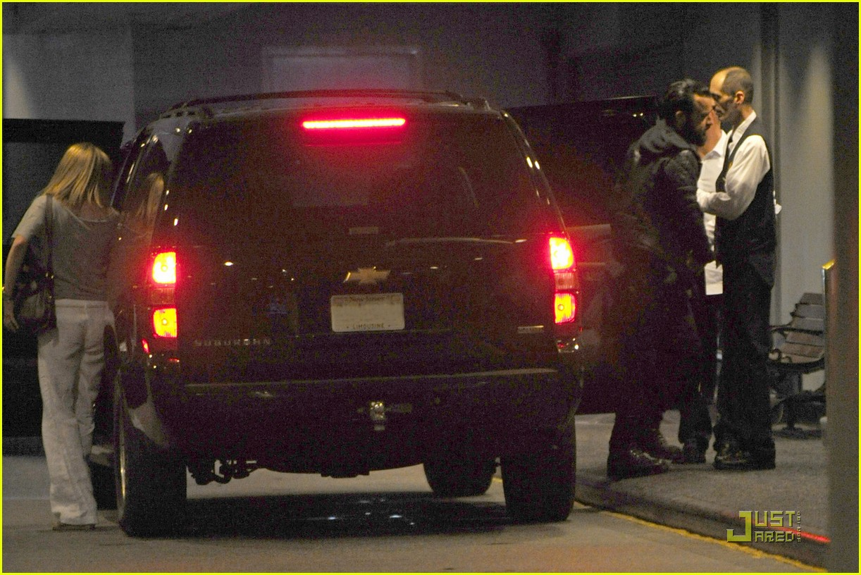 jennifer aniston waldorf astoria arrival with justin theroux 03